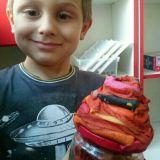 chłopiec prezentuje wykonanego na konkurs grzyba w 3D