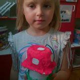 Dziewczynka preentuje wykonanego na konkurs muchomora