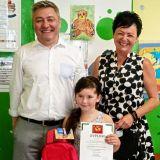 Laureatka Oliwia z dyplomem i nagrodą